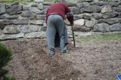 Vaujany-228-Man-die-tuin-bewerkt