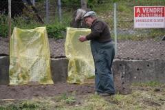 Vaujany-234-Man-die-tuin-bewerkt