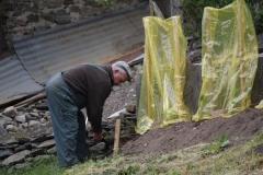 Vaujany-238-Man-die-tuin-bewerkt