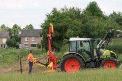 Ulestraten-en-Waterval-011-Boer-die-palen-inslaat-met-een-machine