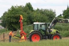 Ulestraten-en-Waterval-012-Boer-die-palen-inslaat-met-een-machine